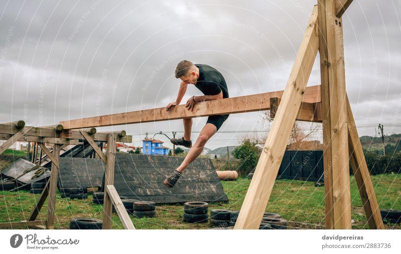 Teilnehmer an einem Hindernisparcours mit irischem Tisch Lifestyle Sport Mensch Mann Erwachsene Holz authentisch stark Kraft anstrengen Konkurrenz