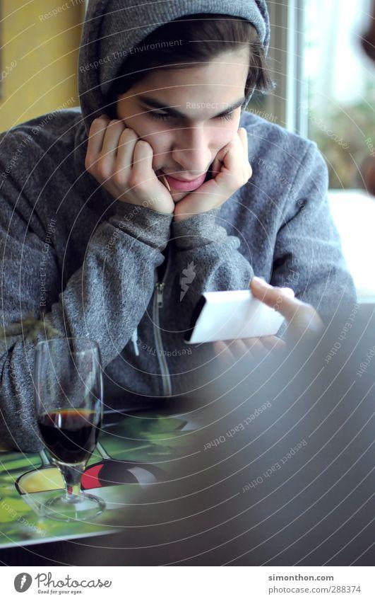 Handysüchtig Mensch Jugendliche ruhig Junger Mann 18-30 Jahre Erwachsene Stil maskulin Lifestyle modern Computer Studium Internet Medien Student zeigen