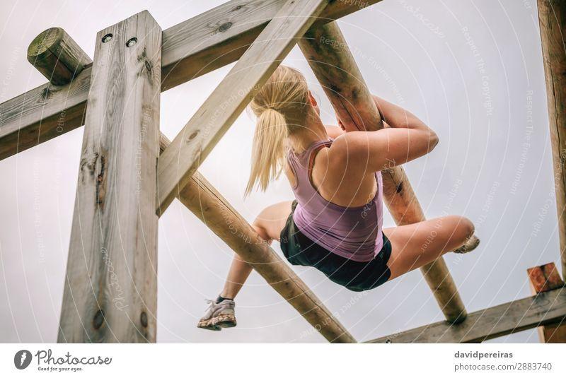 Teilnehmer an einem Hindernisparcours als Weberin Lifestyle Sport Mensch Frau Erwachsene blond Holz authentisch oben stark Kraft anstrengen Konkurrenz