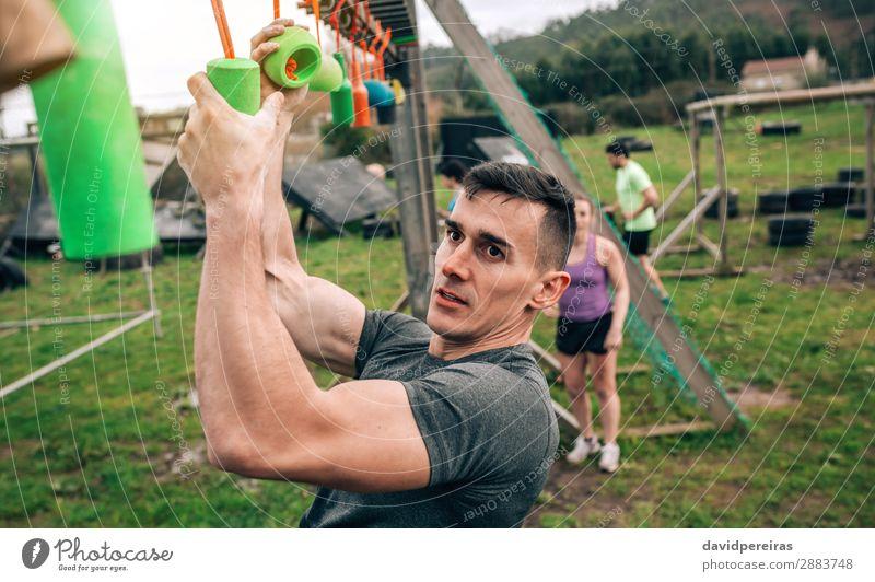 Teilnehmer Hindernisparcours mit Suspendierung Sport Mensch Frau Erwachsene Mann Arme Menschengruppe beobachten Fitness hängen authentisch stark Kraft