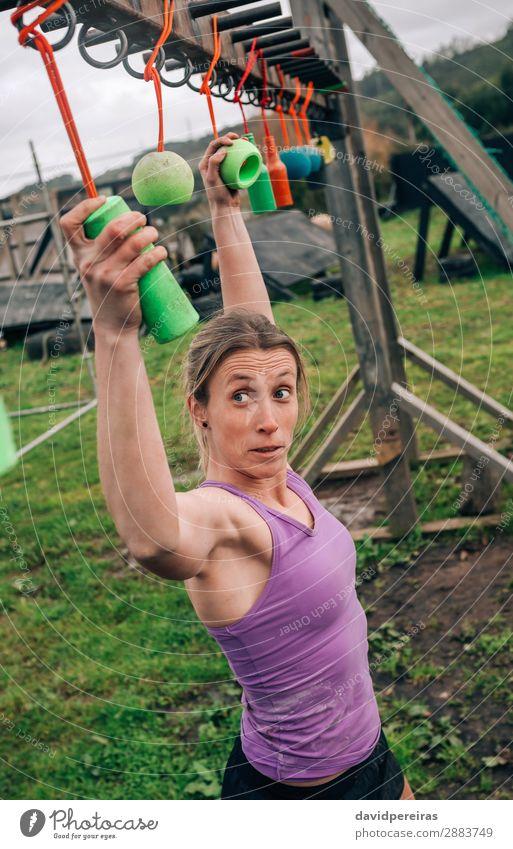 Teilnehmer Hindernisparcours mit Suspendierung Sport Mensch Frau Erwachsene Fitness hängen authentisch stark Kraft anstrengen Konkurrenz Hindernisrennen