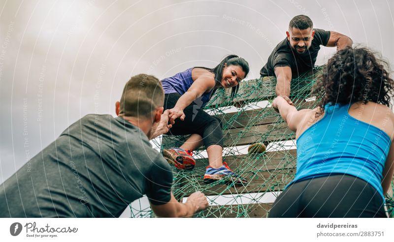 Teilnehmer am Hindernislauf Kletternetz Lifestyle Sport Bergsteigen Mensch Frau Erwachsene Mann Menschengruppe authentisch stark anstrengen Konkurrenz Teamwork