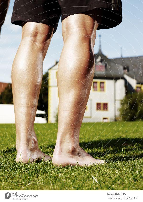 Fußballshow Beinarbeit einzeln Gesundheit Spielen Sport Sportler Brust Wasser Stadt Burg oder Schloss Hose nackt grün Fussball Beine Team Schienenbein Haut
