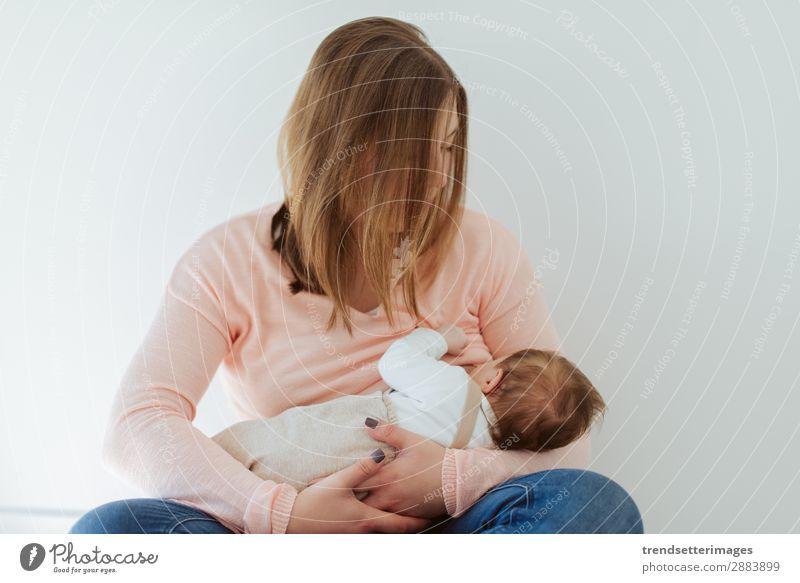 Junge Mutter stillende Neugeborene zu Hause Essen Glück schön Kind Baby Frau Erwachsene Eltern Familie & Verwandtschaft Kindheit Arme füttern Liebe klein weiß