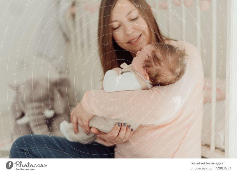 Junge Mutter mit neugeborenem Baby Essen Glück schön Kind Frau Erwachsene Eltern Familie & Verwandtschaft Kindheit Arme füttern Liebe klein weiß Schutz stillen