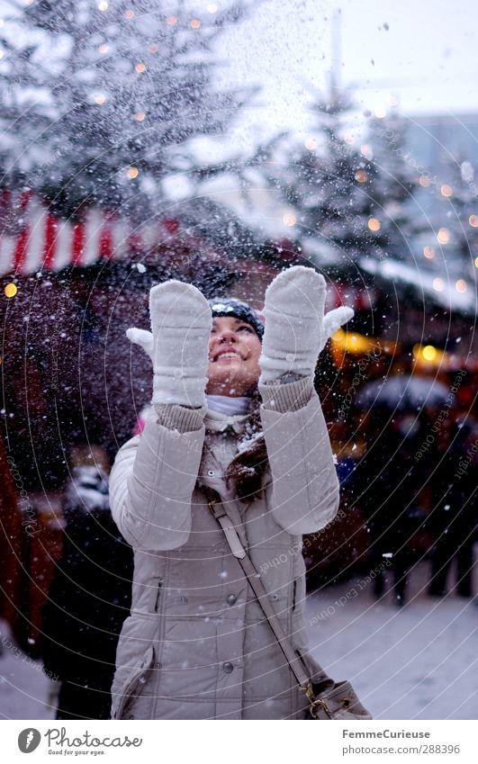 Schneeflöckchen, Weißröckchen. :-) Mensch Frau Jugendliche Weihnachten & Advent weiß Hand Freude Winter Erwachsene Junge Frau feminin 18-30 Jahre Schneefall