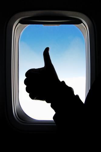 ready Mensch Ferien & Urlaub & Reisen Mann blau Hand Ferne Fenster schwarz Erwachsene Tourismus Freiheit fliegen Ausflug Verkehr Luftverkehr Flugzeug