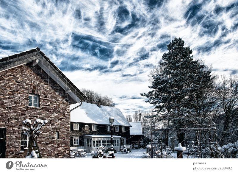 Home Sweet Home schön Winter Haus Schnee Schönes Wetter Backstein Laterne Wolkenhimmel Schiefer Wolkendecke
