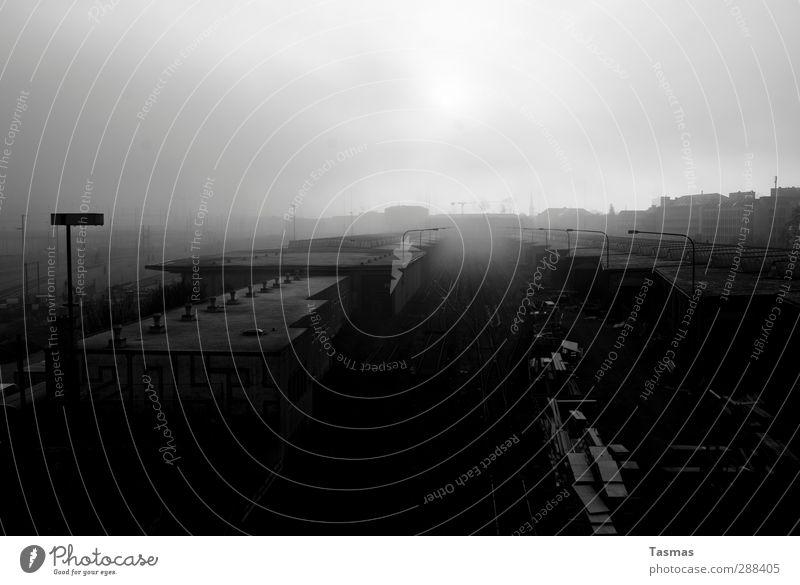 21. Dezember Bahnhof Gebäude Architektur Gleise Abenteuer Beginn Idylle Apokalypse 21. dezember Güterbahnhof Straßenbeleuchtung Schwarzweißfoto Außenaufnahme