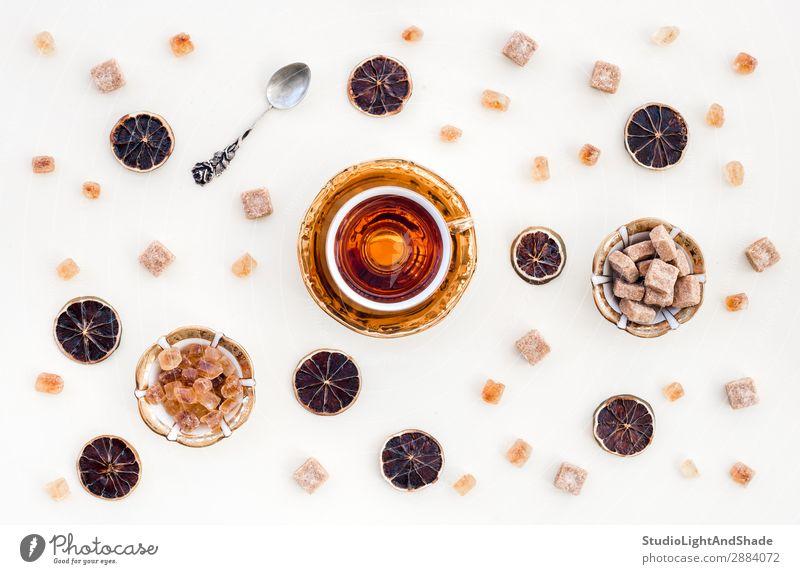 Tasse Tee, brauner Zucker und getrocknete Zitronenscheiben Dessert Süßwaren Getränk Teller Löffel Kristalle hell natürlich retro weiß Farbe Teetrinken Teetasse