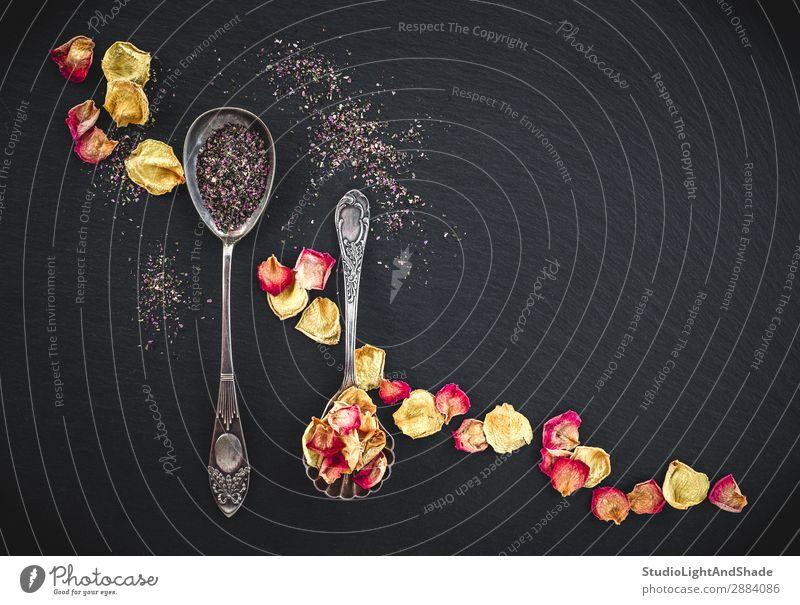 Silberne Löffel mit Blütentee und Rosenblättern Kräuter & Gewürze Getränk Tee Besteck Design schön Duft Natur Blume Blatt Metall dunkel natürlich retro gelb