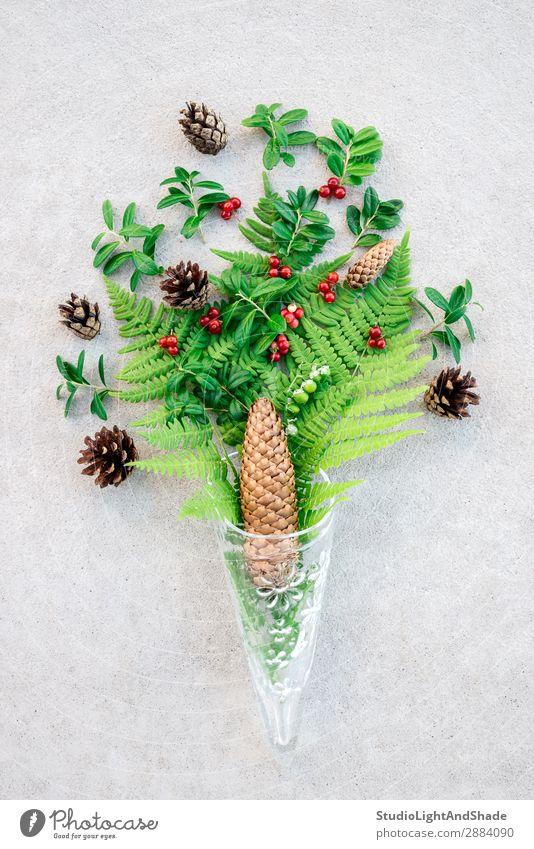 Glaskegel mit Waldpflanzen und Beeren Frucht Design Sommer Natur Pflanze Blatt Blumenstrauß Stein Beton modern natürlich wild grau grün rot Farbe Kreativität