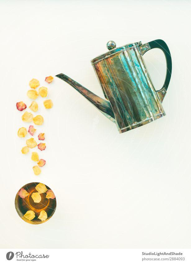 Vintage-Teekanne und Tasse Tee mit Rosenblättern Getränk Blume Metall hell retro gelb grün weiß Farbe Teetrinken Teetasse Becher Wasserkessel Roséwein