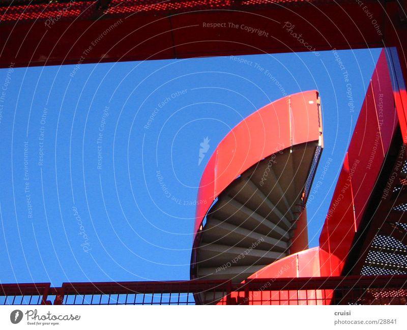 rote Treppe Paris Kunst rund Architektur Parc de la Vilette blau Himmel Metall
