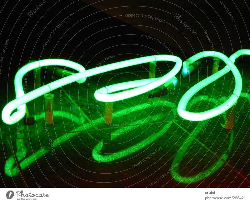Leuchtschrift Leuchtreklame grün Licht Neonlicht geschwungen rund Nacht schwarz Reflexion & Spiegelung obskur Schriftzeichen Gas Schreibschrift Kurve