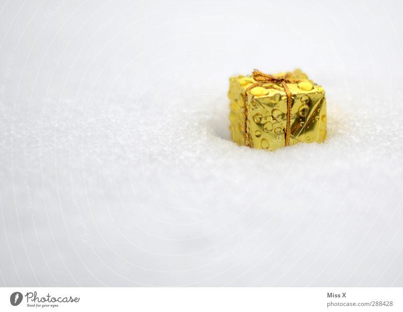 Geschneenk weiß Winter kalt Schnee klein Feste & Feiern Eis gold Wassertropfen nass Geschenk Frost Schleife schenken Weihnachtsdekoration Weihnachten & Advent