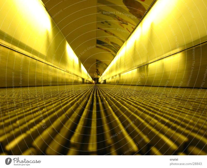Laufband gelb Ferne Tunnel U-Bahn obskur Neonlicht S-Bahn Rolltreppe Laufband Fluchtpunkt