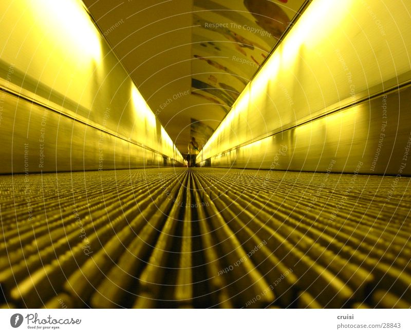 Laufband gelb Ferne Tunnel U-Bahn obskur Neonlicht S-Bahn Rolltreppe Fluchtpunkt