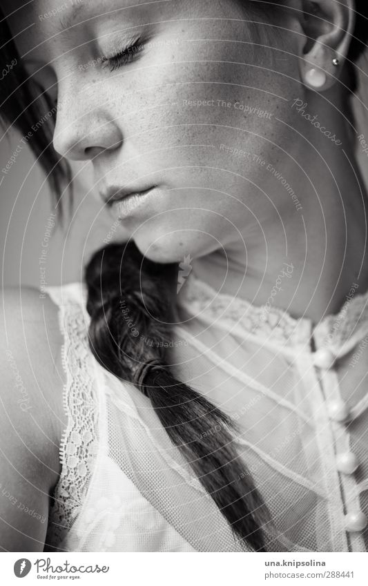 näher seit gestern feminin Frau Erwachsene 1 Mensch 18-30 Jahre Jugendliche Bluse Spitze Schmuck Ohrringe schlafen träumen elegant schön natürlich weich Gefühle