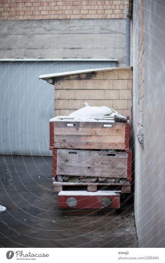 rechts Stadtrand Industrieanlage Fabrik Gebäude Innenhof Mauer Wand Fassade kalt grau Farbfoto Außenaufnahme Menschenleer Tag Schwache Tiefenschärfe