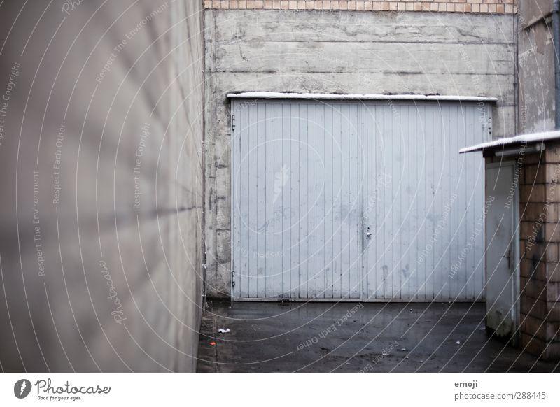 links Stadtrand Industrieanlage Fabrik Gebäude Mauer Wand Fassade Garagentor kalt blau grau Innenhof Farbfoto Außenaufnahme Menschenleer Tag