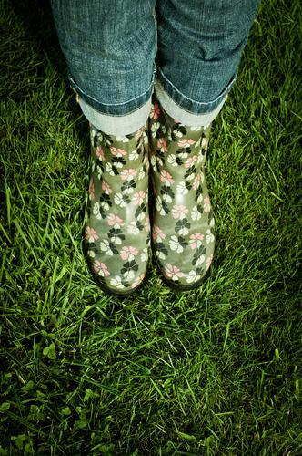 sommerschuhe 2011, 2012, ... Mensch Frau grün Sommer Erwachsene Wiese Gras Beine Mode Fuß Regen Freizeit & Hobby stehen nass Rasen Hose