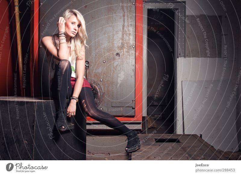 #248853 Lifestyle Stil Keller Nachtleben Frau Erwachsene Leben 1 Mensch Mode T-Shirt Strumpfhose Damenschuhe blond Erholung festhalten sitzen träumen