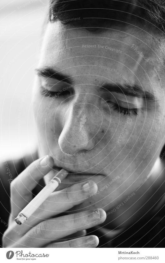 all i ever. / happy as fuck. Mensch Mann Jugendliche Hand ruhig Erwachsene Gefühle Kopf 18-30 Jahre Stimmung Kraft maskulin Zufriedenheit Coolness Rauchen Gelassenheit