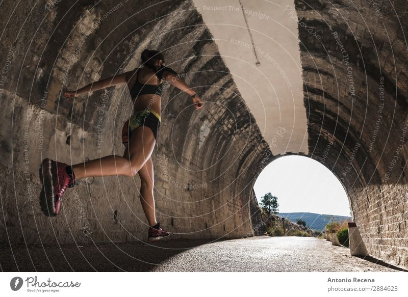 Läufer und Tunnel Lifestyle Sport Mensch Frau Erwachsene 18-30 Jahre Jugendliche Natur brünett rennen springen Stollen jung Menschen Gesundheit passen