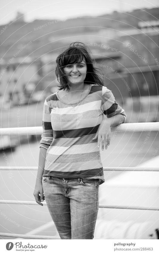 be smart (3) Mensch Frau Jugendliche Ferien & Urlaub & Reisen Meer Freude Haus Erwachsene Junge Frau Ferne Wand Leben feminin Gefühle lachen Freiheit
