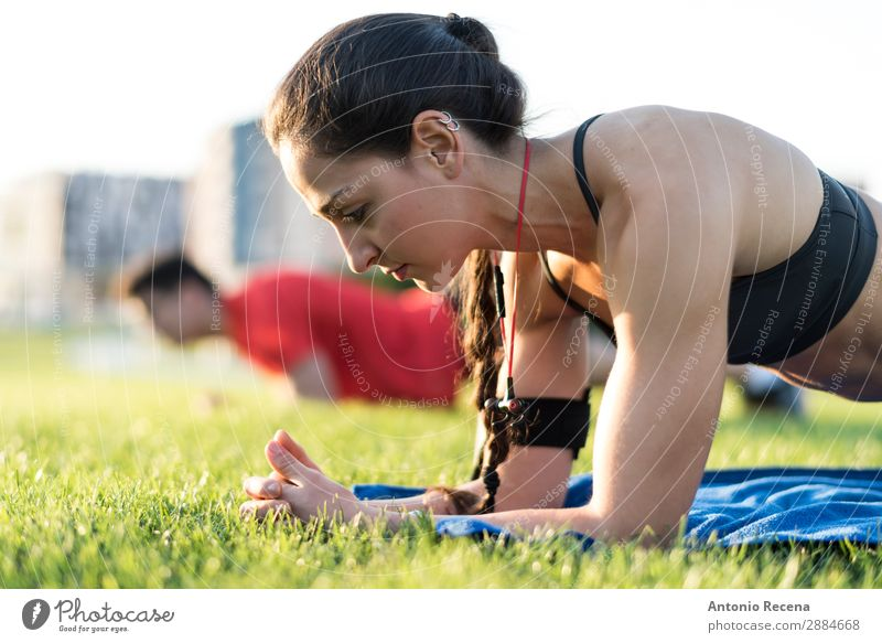 Training im Park Sport Fitness Sport-Training Mensch Frau Erwachsene Mann Freundschaft Paar brünett Zopf muskulös Macht 20s 25-29 Jahre alt 20-24 Jahre alt