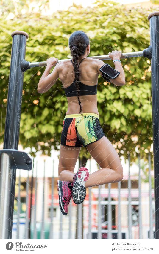 Kinntraining Sport Telefon PDA Mensch Frau Erwachsene 1 Park brünett Fitness Training nach oben Kinn hoch Bar Liegestütze steigen Sporthalle 20s 25-29 Jahre alt