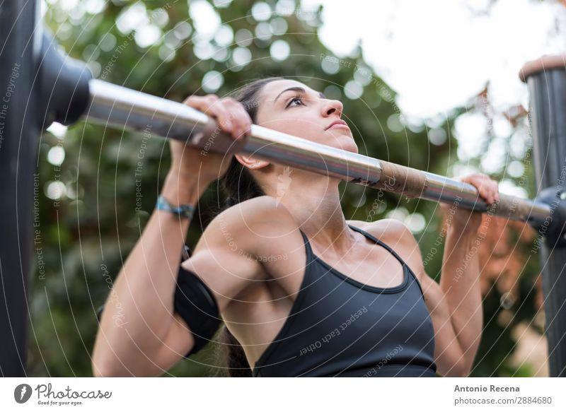 Kinn Sport Fitness Sport-Training Sportler Telefon PDA Mensch Frau Erwachsene 1 18-30 Jahre Jugendliche Park brünett nach oben Kinn hoch Bar Liegestütze heben