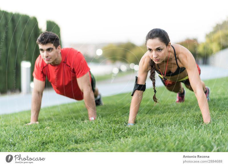 Stadttraining Sport Sportler Mensch Frau Erwachsene Mann Paar 2 18-30 Jahre Jugendliche brünett Fitness stark anstrengen schieben Aufwärtsbewegungen Läufer