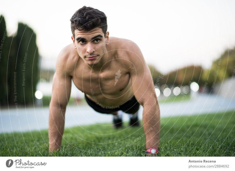 Mann Training Fitness Liegestütze Sport Sportler Mensch Erwachsene brünett stark anstrengen schieben Aufwärtsbewegungen Läufer 20s 25-29 Jahre alt Armband BH