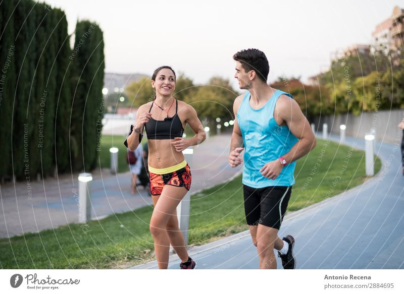 Paar im Stadtpark unterwegs Flirten Sport Mensch Frau Erwachsene Mann 18-30 Jahre Jugendliche brünett Fitness rennen Zusammensein schön stark joggen Großstadt
