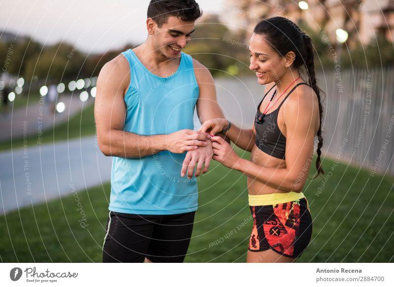 Statistik Lifestyle Glück Sommer Sport Mensch Frau Erwachsene Mann Paar 18-30 Jahre Jugendliche Natur Park brünett beobachten Fitness rennen laufen jung üben