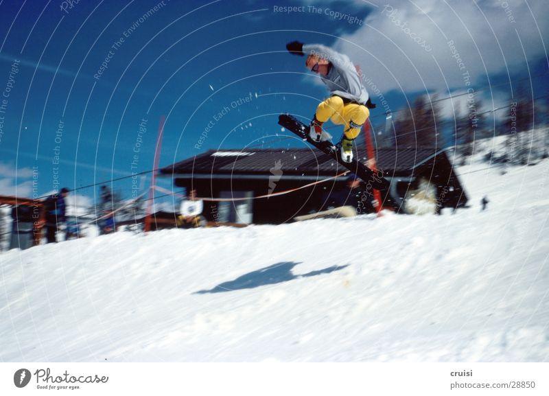 Selfmade Air springen Winter Snowboard Ferien & Urlaub & Reisen Winterurlaub Sport Schnee Raceboard Freude Skipiste Berghütte Bewegungsunschärfe gelb
