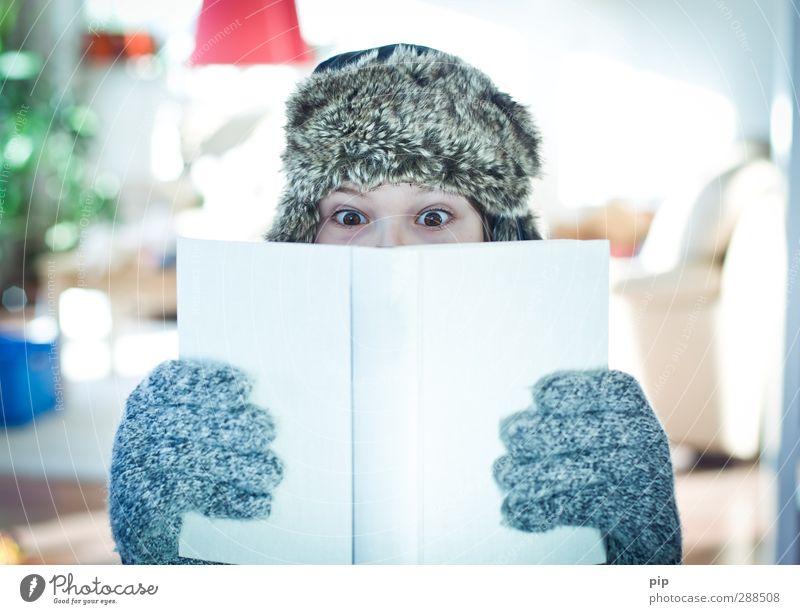 winterlektüre Mensch Jugendliche weiß Hand Winter Auge kalt Junger Mann hell Buch Finger lernen beobachten lesen Mütze