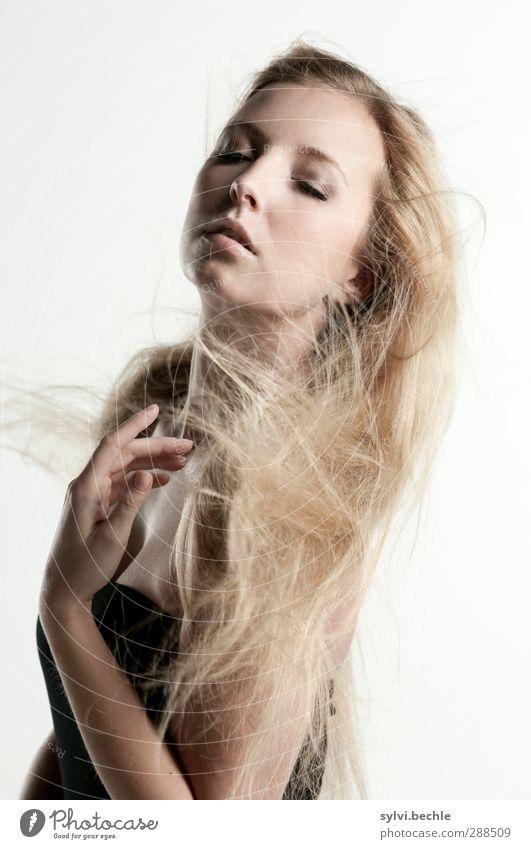 sinnlichkeit schön Gesicht harmonisch Wohlgefühl Mensch feminin Junge Frau Jugendliche Leben 1 18-30 Jahre Erwachsene Haare & Frisuren blond langhaarig berühren