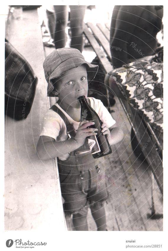 Bier :) Kind Ferien & Urlaub & Reisen Bierflasche Sommer Mann Schwarzweißfoto