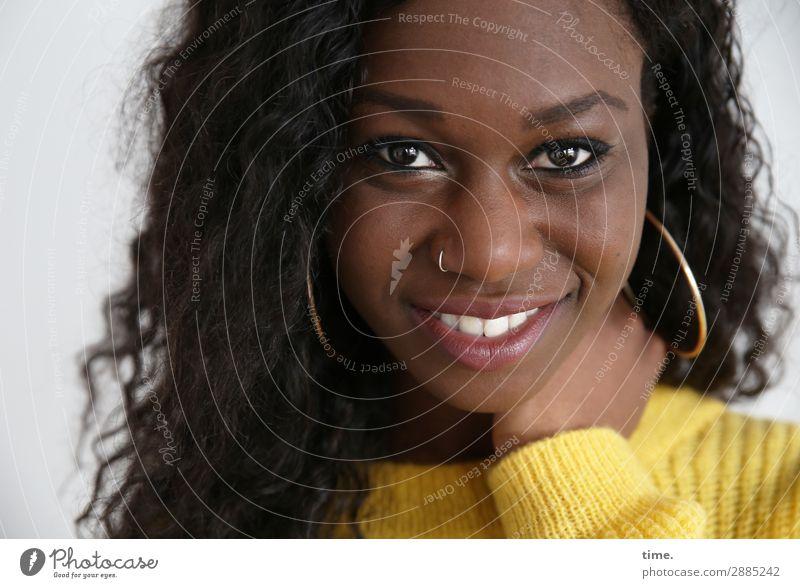 Apolline feminin Frau Erwachsene 1 Mensch Pullover Piercing Ohrringe schwarzhaarig langhaarig Locken festhalten Lächeln lachen Blick authentisch Freundlichkeit