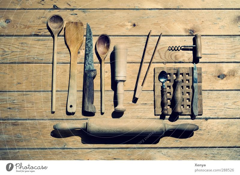 Die Waffen der Hausfrau Kochlöffel Holz alt retro braun Nostalgie Nudelholz Messer Korkenzieher Pfannenheber Haushaltsware Holztisch Ordnung Gedeckte Farben