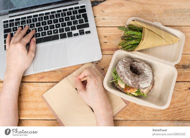Gesunder Burger und abfallfreie Verpackung Fleisch Gemüse Brot Essen Frühstück Mittagessen Abendessen Diät Tisch Büro Hand Papier Holz frisch lecker braun grün