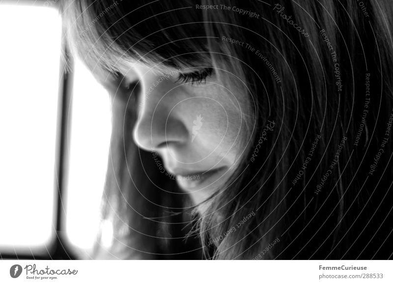 Simply her (II). feminin Junge Frau Jugendliche Erwachsene 1 Mensch 18-30 Jahre trendy ästhetisch einzigartig schön Pony brünett attraktiv Aktion lesen Fenster