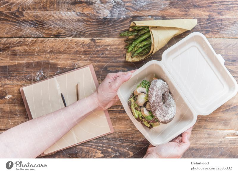 Burger zum Mitnehmen Fleisch Käse Brötchen Essen Mittagessen Design Tisch Restaurant Straße Holz frisch lecker weiß Amerikaner weg Hintergrund Kasten