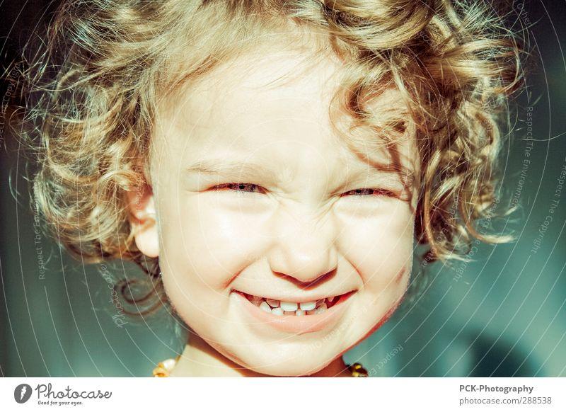 Yeah Mensch feminin Kleinkind Mädchen Kopf Haare & Frisuren Gesicht Auge Mund Zähne 1 1-3 Jahre Lächeln lachen leuchten authentisch blond frech frei