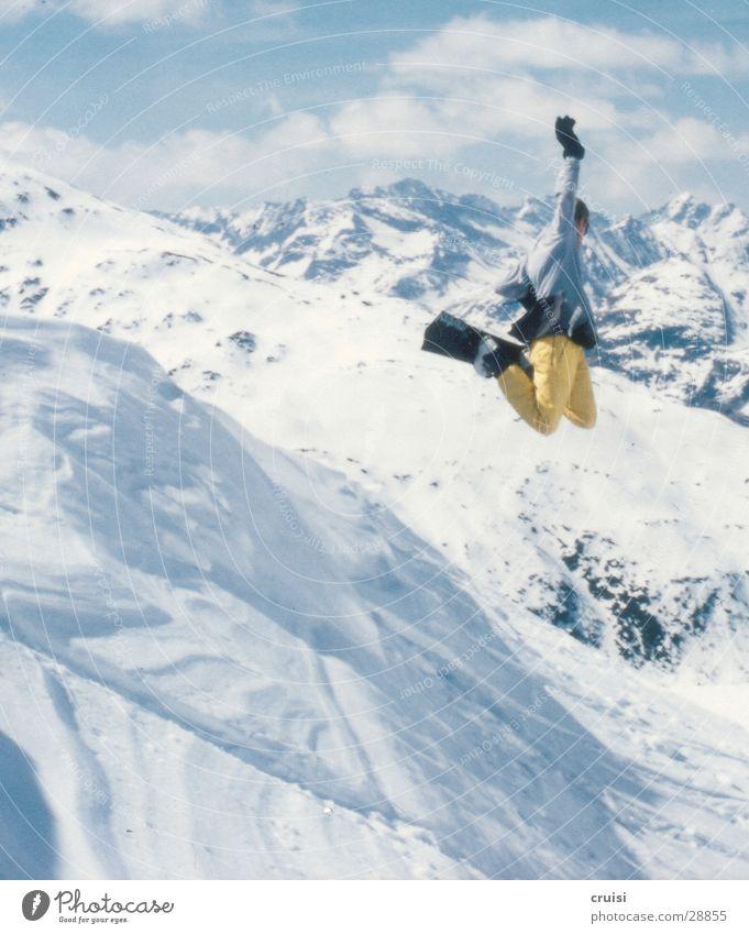 und ab geht's weiß Freude Winter kalt Berge u. Gebirge gelb Schnee Stil Sport springen hoch Körperhaltung Alpen Schneebedeckte Gipfel Mut Schneelandschaft