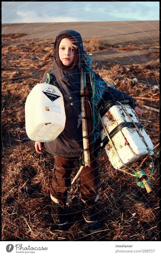 """""""Müll im Meer"""" Mensch Kind Herbst Junge grau Traurigkeit braun außergewöhnlich Kindheit maskulin stehen Schönes Wetter Bekleidung ästhetisch Stoff"""