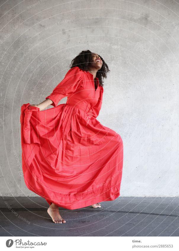 Arabella feminin Frau Erwachsene 1 Mensch Mauer Wand Kleid Barfuß brünett langhaarig Locken Erholung festhalten lachen Tanzen Fröhlichkeit schön Gefühle